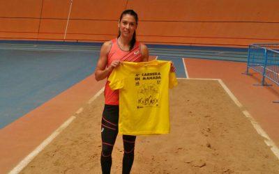 Concha Montaner con la camiseta IV Carrera en Manada de BIOPARC Valencia