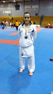 La mislatera, Estela Benita, con su medalla de plata en kumite femenino.