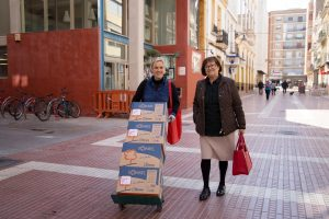 La concejala, Carmen Lapeña (a la derecha en la imagen) ha sido la promotora de la iniciativa.