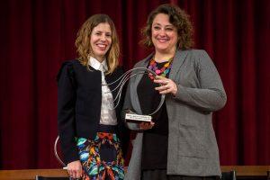 La presidenta de la PDLI, Virginia Alonso ha recollit el premi de mans de Noa de la Torre. Foto: Unió Periodistes Valencians / Biel Aliño
